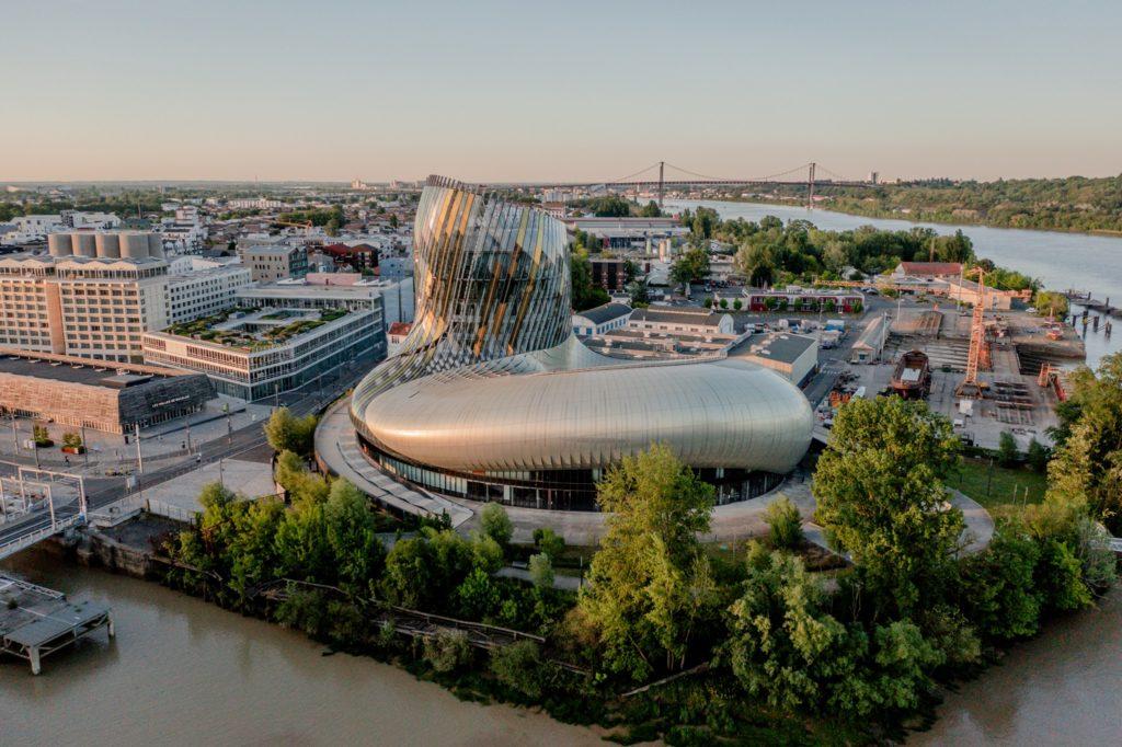 Les Bons Plans Bordeaux : La Cité du Vin propose un tarif réduit à 10€ euros sur le billet d'entrée (au lieu de 20€), à l'occasion de son 5ème anniversaire.